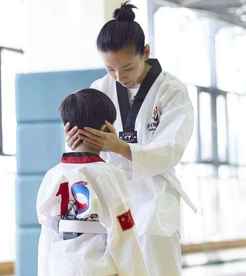 """董洁带孩子练习跆拳道 鼓励孩子成为真正的""""男子汉"""""""