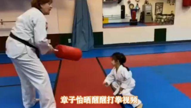 章子怡晒 4 岁女儿学跆拳道,躲闪灵敏,反应迅速!